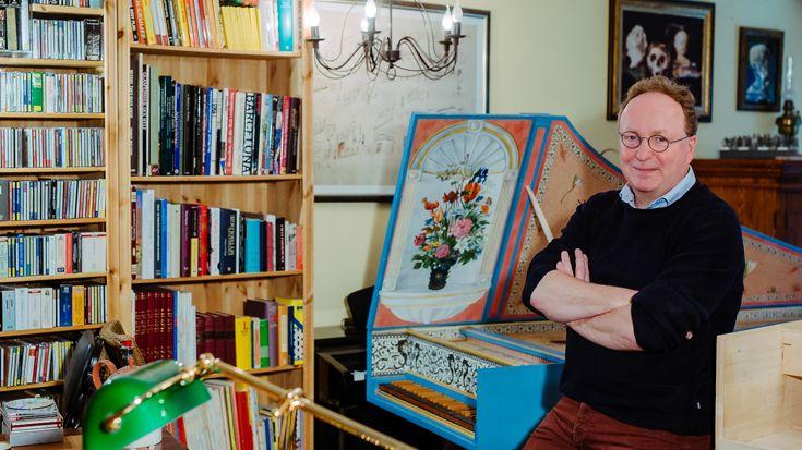 Stefaan Bergé in his music room