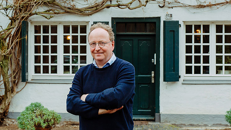 Stefaan Bergé infront of his house
